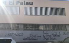 Aparecen pintadas contra los profesores catalanes denunciados por la Fiscalía en la fachada de su instituto
