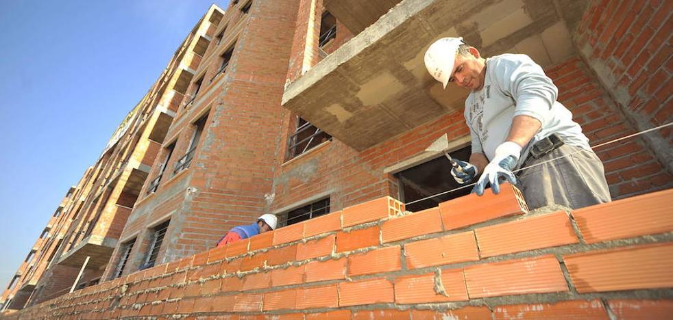Patronal y sindicatos pactan una subida salarial del 2% para los trabajadores de la construcción