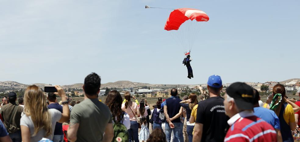 El récord nacional de grandes formaciones de paracaidismo se escapa entre los dedos