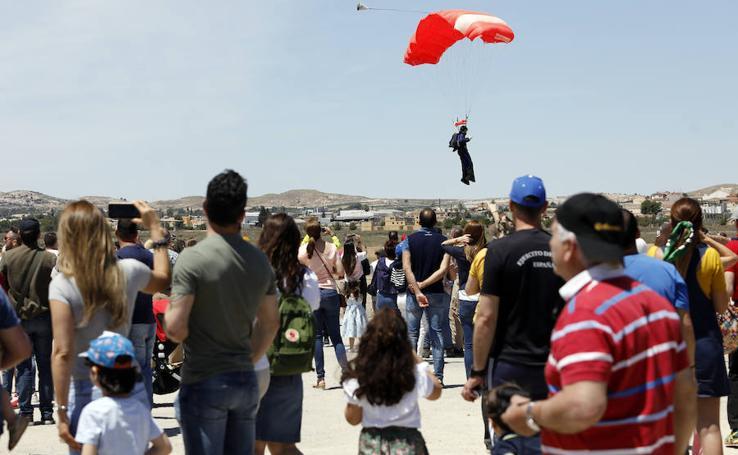 El récord de grandes formaciones de paracaidismo se escapa entre los dedos