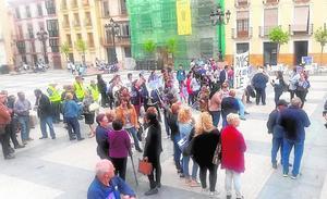 Decenas de vecinos de San Pedro exigen la devolución del local social