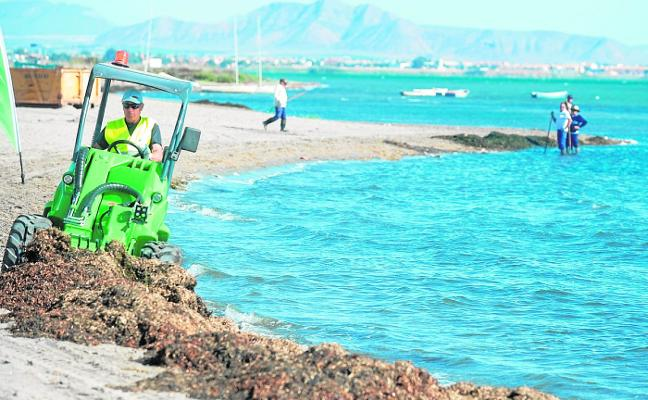 Las brigadas prueban en Los Urrutias minitractores para limpiar la playa