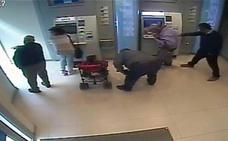 Dos detenidos en Totana por robar tarjetas de crédito a ancianos y estafarles