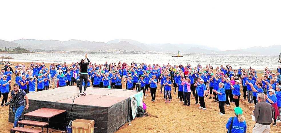 Gimnasia para mayores en el paseo del Puerto