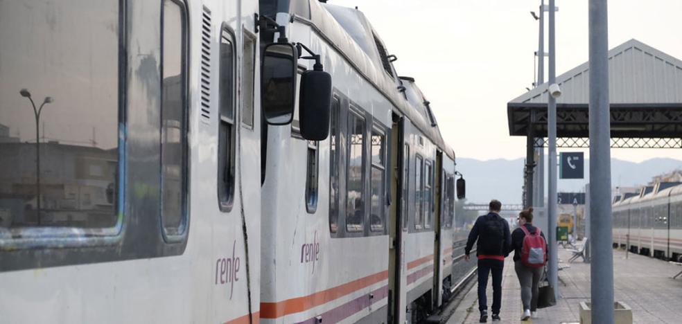 Renfe remoza los trenes de Cercanías mientras crece el malestar de trabajadores y viajeros