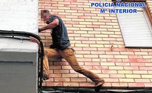 Un presunto atracador fugado de prisión encañona a un policía y escala una fachada para huir
