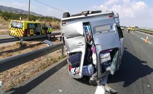 Cuatro heridos al volcar una furgoneta en Puerto Lumbreras