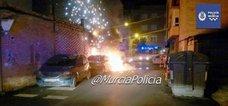 Arde un coche aparcado en Murcia afectando a otro vehículo estacionado al lado
