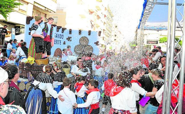 Más de 60.000 asistentes llenan las calles en el desfile de carrozas de Yecla