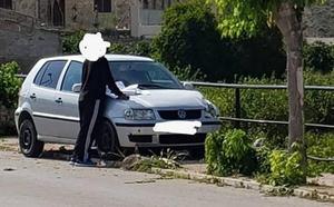 Un conductor herido leve al chocar contra tres árboles en la Puebla de Mula