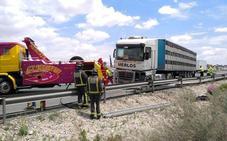 Un camión queda cruzado en la autovía y obliga a cortar la A-30 en dirección Murcia