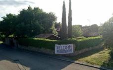 Vox cuelga un cartel en el chalé de Iglesias y Montero dando la bienvenida a los refugiados