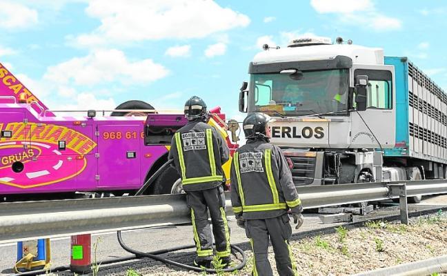Atasco kilométrico en la autovía A-7 por el accidente de un camión