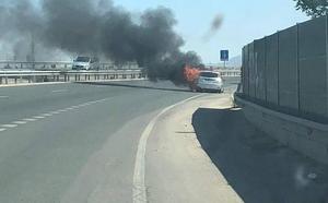Un coche sale ardiendo en la autovía de Mazarrón