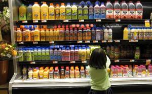 El error que cometen los padres que dan a sus hijos zumos industriales y patatas fritas