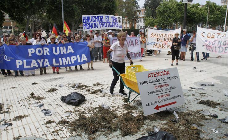 Algas y fango en la puerta de la Asamblea para exigir la limpieza de Los Urrutias