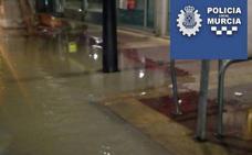 Calles inundadas al desbordarse una acequia en el barrio de El Carmen