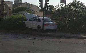 Herido al chocar su coche contra un árbol en la avenida Primero de Mayo de Murcia