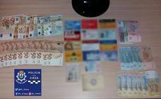 Encuentra un bolso con 880 euros en Cieza y lo entrega a la Policía