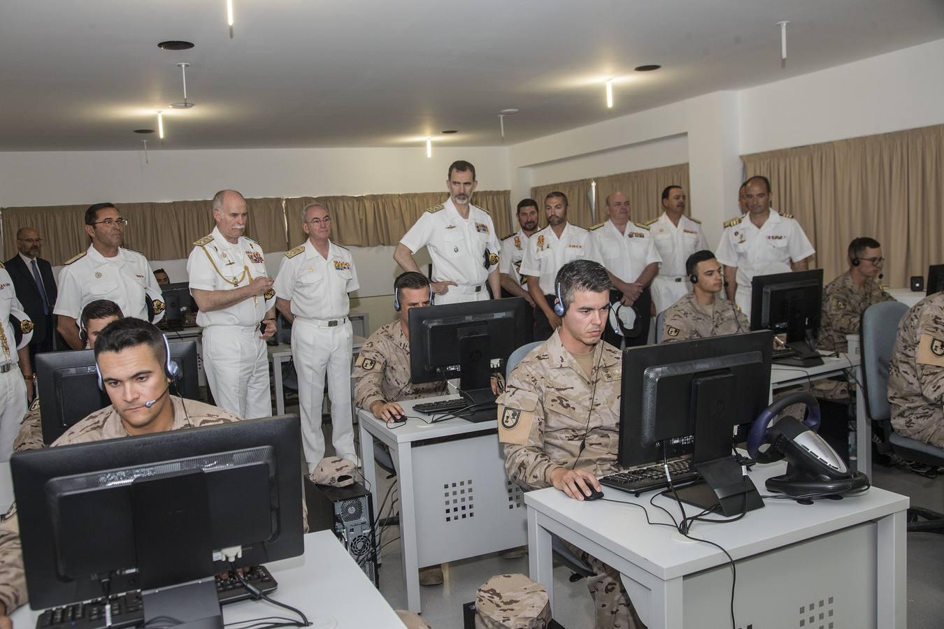 Felipe VI pasa revista a dos unidades punteras de la Armada en La Algameca