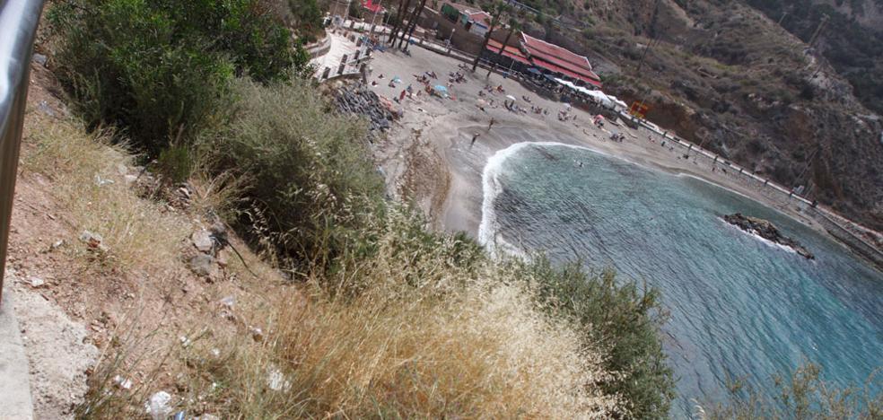 Quejas de los bañistas de Cala Cortina por la suciedad en los taludes y las algas en la playa