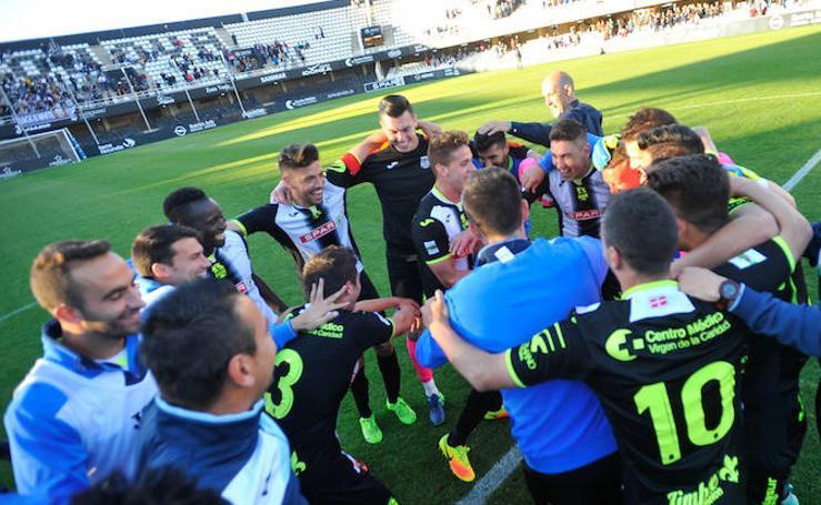 El Cartagena sufre para imponerse al Lorca Deportiva y mantener el liderato