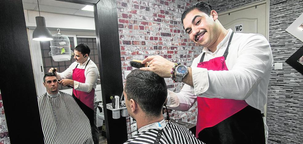 Mohamed, el barbero de navaja albinegra