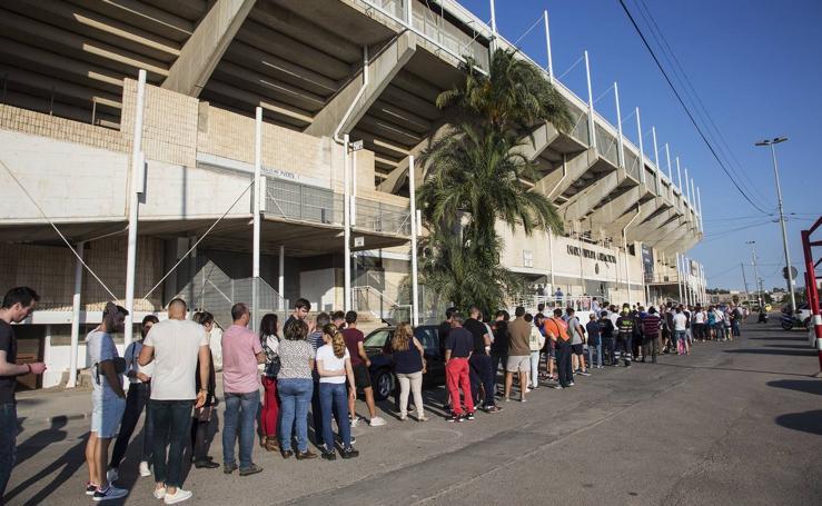 Colas para conseguir entradas para el Cartagena-Real Madrid