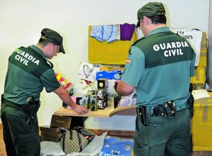 La Guardia Civil intercepta una furgoneta con 2.328 artículos falsificados