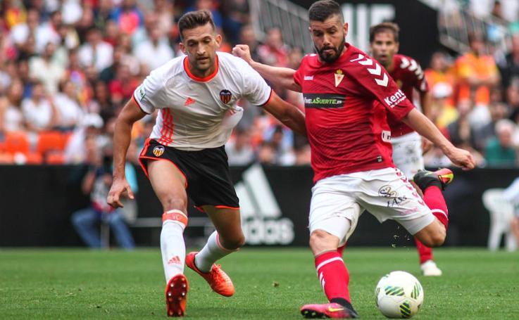 El Murcia cae en Mestalla pero sigue vivo en el 'playoff' (2-1)