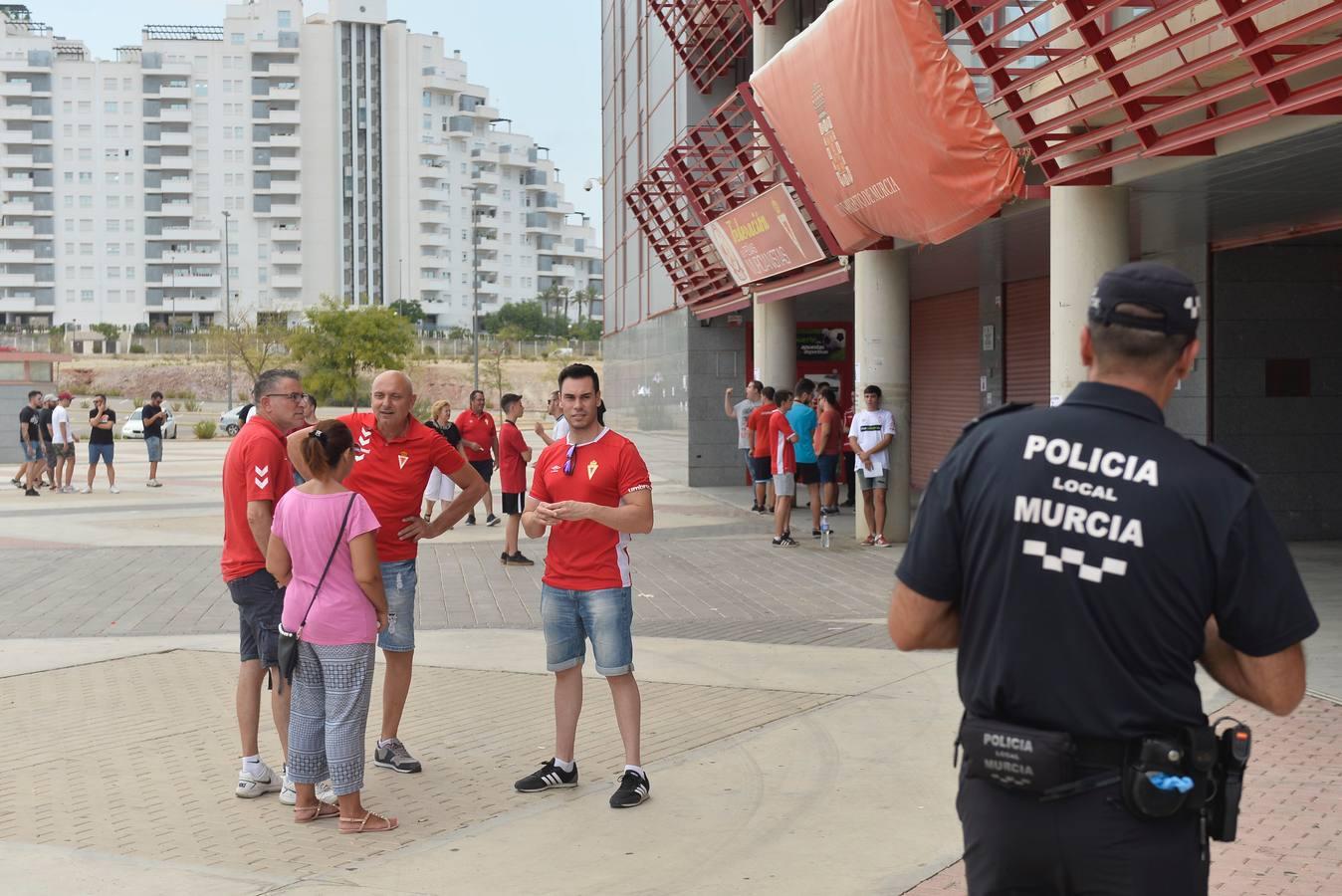 Una treintena de aficionados insulta y amenaza a De la Vega a su llegada a Nueva Condomina