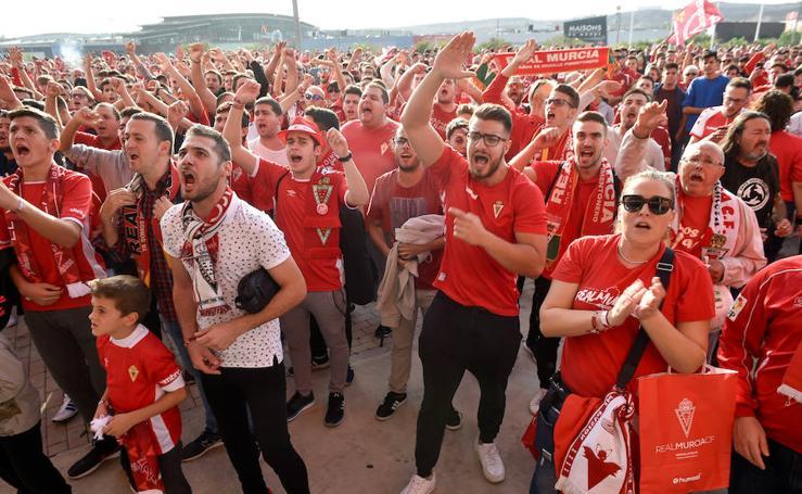 Los aficionados del Real Murcia se manifestaron contra Gálvez