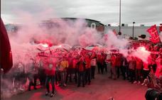 Cientos de aficionados apoyan a los jugadores del Real Murcia en la Nueva Condomina