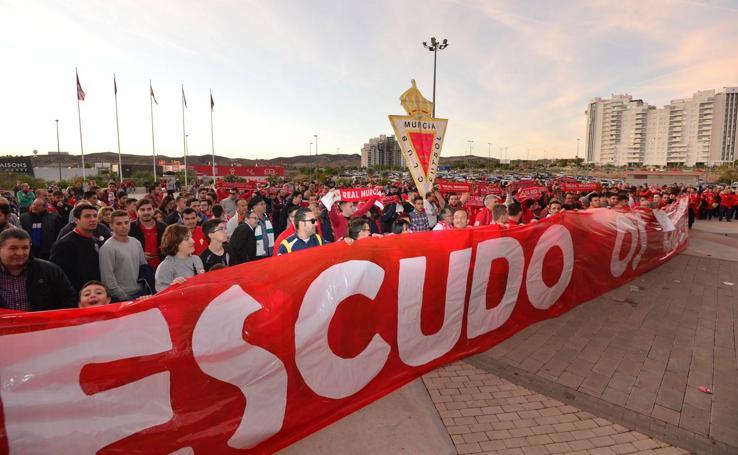 Centenares de aficionados del Murcia piden a gritos la marcha de Gálvez, ausente en el estadio