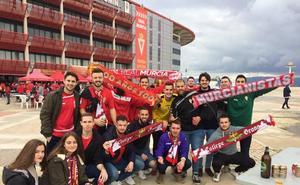 Los murcianistas calientan el derbi en la 'Fan Zone'