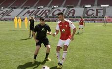 Cinco aficionados juegan un partido en la Nueva Condomina con futbolistas del equipo grana