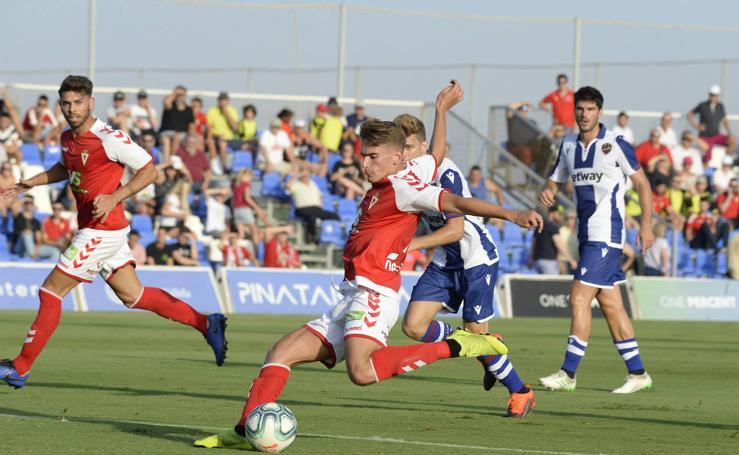 El Murcia engancha en su estreno pese a perder ante el Levante (0-1)