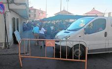 Los comerciantes blindan con sus coches el mercado contra ataques