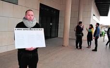 Protesta por la custodia compartida de su hijo