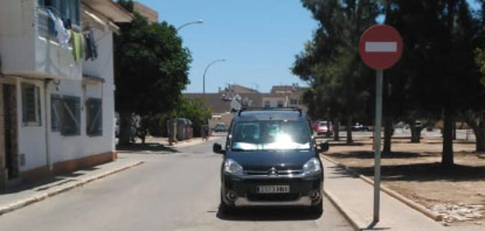 Buscan al conductor de un furgón por atropellar varias veces a un vecino de Torres Blancas