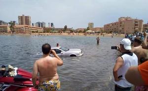 Un coche acaba sumergido en La Manga al tratar de descargar una moto de agua