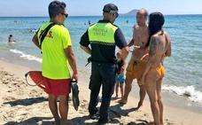 Una broma de una bañista fingiendo que se ahoga hace que se movilicen varios efectivos de Emergencias en La Manga