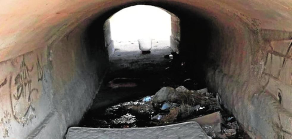 Denuncian la acumulación de suciedad y escombros en la rambla de Macodesa en San Javier