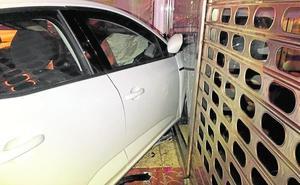 Se salta un stop y empotra el coche contra una confitería en San Javier