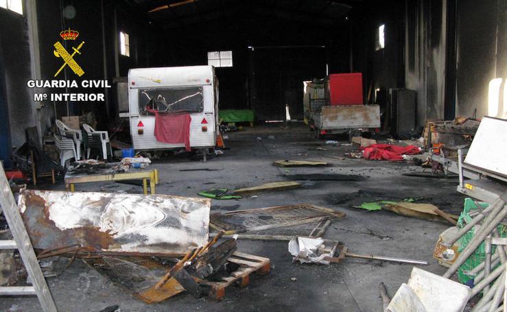 La Guardia Civil detiene a tres jóvenes por robo e incendio en una nave industrial de San Javier