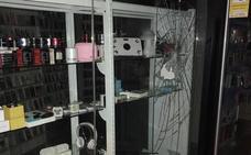 Asalta en San Javier una tienda de móviles y los vende rápidamente en varios bares