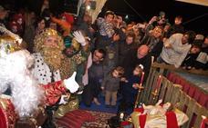 Los Reyes Magos llegan en barco, caballo y helicóptero a San Javier