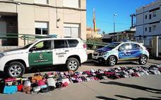 Decomisan zapatillas, bolsos y monederos falsificados en un mercadillo de San Javier
