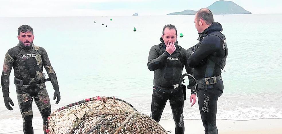 Buceadores limpian la costa de La Manga de plásticos, redes viejas y basuras