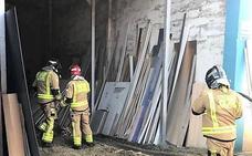 Extinguen un incendio en una carpintería de San Javier